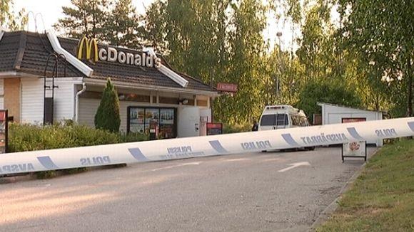 Poliisin eristysnauha Näsin McDonald'sin edessä.