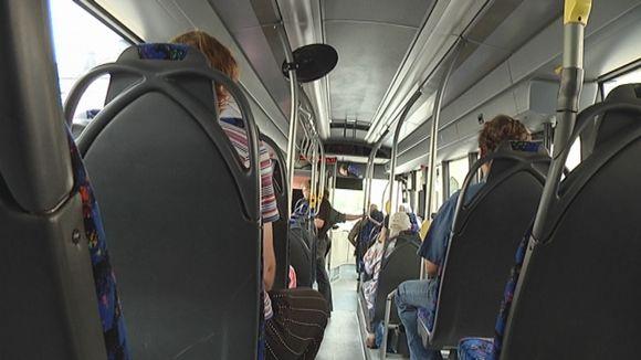 Linja-auto sisältä.
