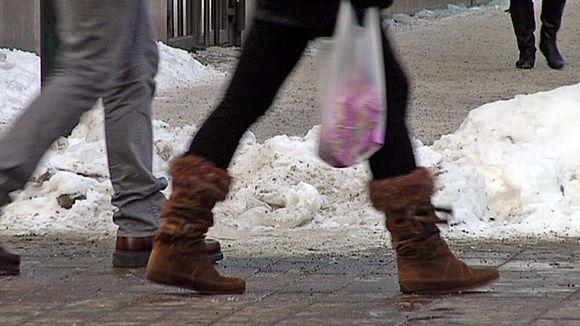 Kävelijötä talvisella kadulla.