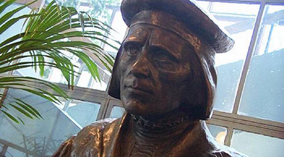 Mikael Agricolan rintakuva Viipurin kirjastossa.