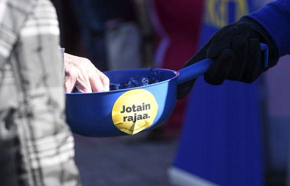 Perussuomalaisten vaalikarkkeja Korson maalaismarkkinoilla Vantaalla 24. maaliskuuta