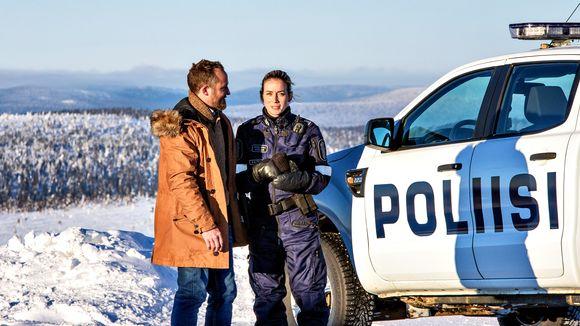 Näyttelijät Joi Johannsson ja Iina Kuustonen Ivalo -tv-sarjan kuvauksissa Kaunispään huipulla Inarin Saariselällä 6. helmikuuta 2018.