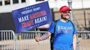 Trumpia tukeva mielenosoittaja Esplanadilla.