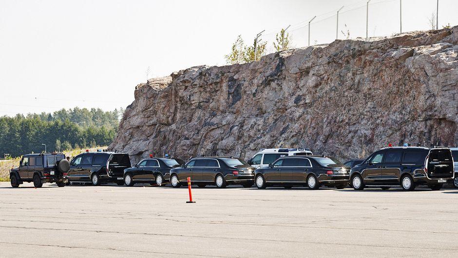 Mustat autot odottavat lentokentällä Vladimir Putinin koneen saapumista.