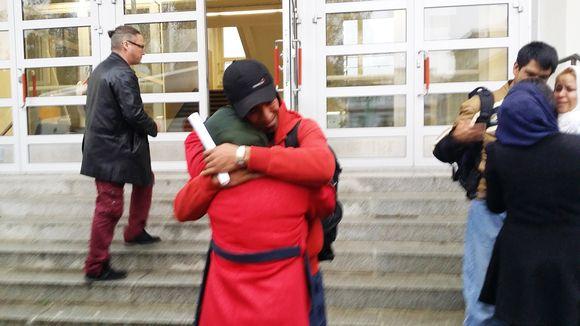 Shahla Arbabi halaa pikkuveljeään Morteza Arbabia hyvästiksi.