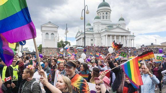 Helsinki pride Senaatintorilla.