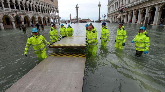 Korkeat vuorovedet palasivat takaisin Venetsiaan lauantaina 16. marraskuuta. Kävelysiltoja rakennetaan sunnuntaina 17. marraskuuta.