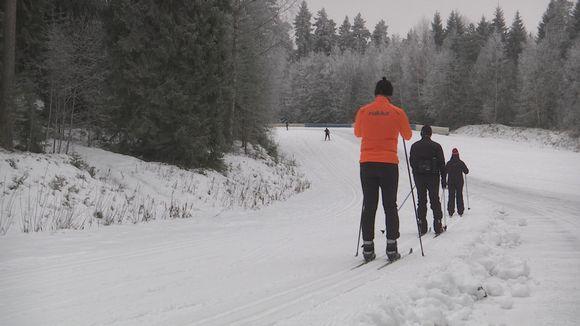 Hiihtäjiä Ahveniston moottoriradalla Hämeenlinnassa