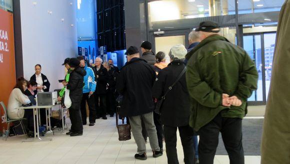 Miehiä ja naisia jonottavat äänestyspaikoille