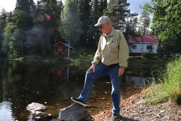 Kokkilan kyläyhdistyksen pj. Markku Rantti Särkemä-järven uimarannalla.