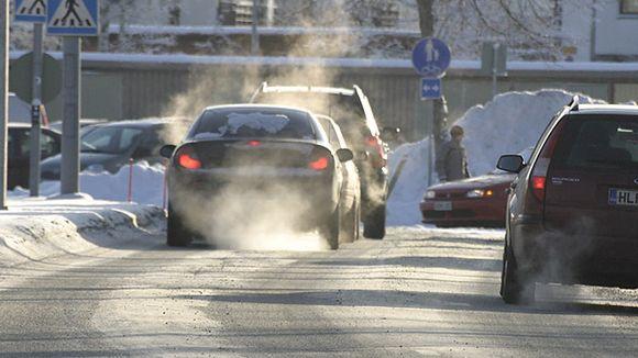 Autoja risteyksessä talvella