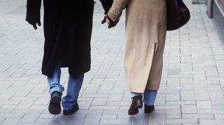 Mies ja nainen käsikädessä