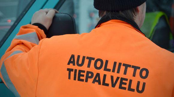 Autoliiton tiepalvelu teksti haalarin selässä