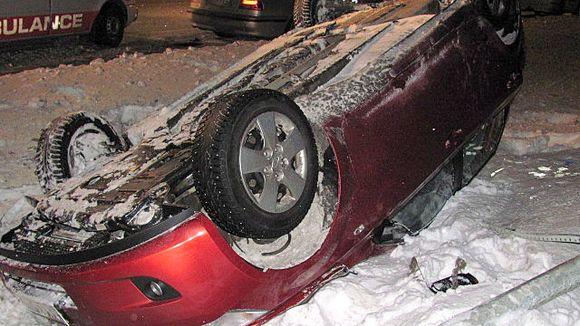 Kolaroitu auto katollaan