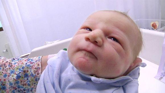 Vastasyntynyt vauva kapalossa.