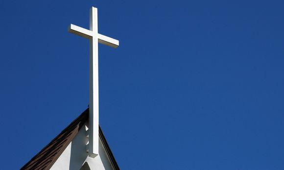 Видео: Valkoinen risti kirkon katolla sinitaivasta vasten