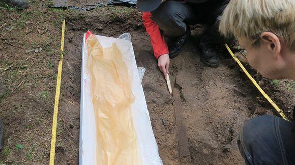 Arkeologit nostavat viikinkimiekkaa maasta Lopella