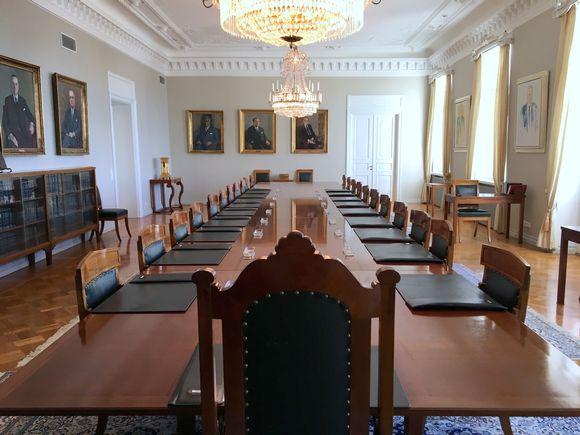 Korkeimman oikeuden istuntosalin seiniä koristavat aikaisempien puheenjohtajien muotokuvat. Timo Esko on järjestyksessää 13. presidentti.