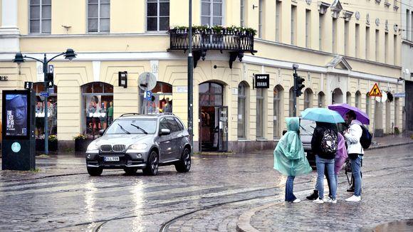 Ihmisiä sateisessa Helsingissä tiistaina 30. kesäkuuta.