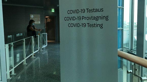 Kyltti kertoo, että lentomasemalla on koronavirustestauspiste.