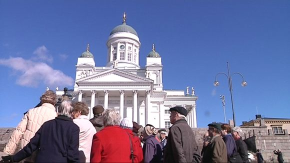 Turisteja Tuomiokirkon edessä Helsingissä.