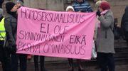 Sukupuolineutraalin avioliittolain vastustajia Eduskuntatalolla.