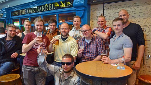 Polttariseurue juomassa olutta ja lonkeroa Helsinki-Vantaan lentokentällä