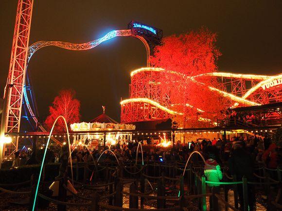 Värivaloilla valaistu Linnanmäen huvipuisto