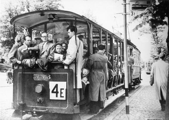 Raitiovaunun avoperävaunulla matkustetaan Munkkiniemeen vuonna 1952.