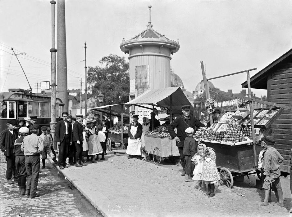 Venäläisiä hedelmäkauppiaita Hakaniementorin kulmalla vuonna 1907.
