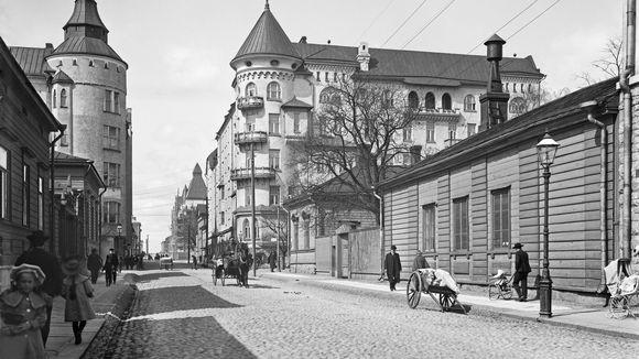 Fredrikinkadun ja Bulevardin kulmaus vuonna 1907. Rinnakkain matalia 1800-luvun puutaloja sekä uusia kerrostaloja.