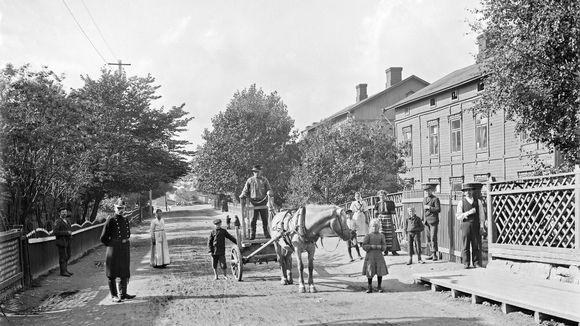 Kinaporin työläistaloja ja Vaasankadun kulkijoita vuonna 1908.