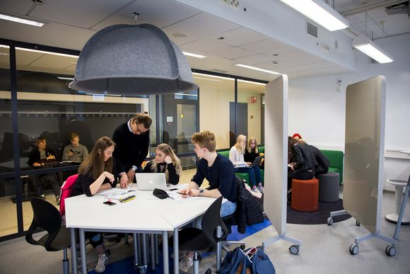 Oppilaat opiskelevat Tikkurilan lukiossa