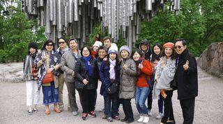 Aasialaisia turisteja ryhmäkuvassa sibeliusmonumentilla