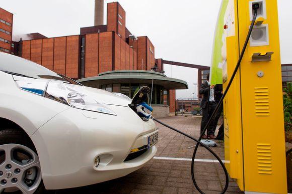 Julkisissa latauspaikoissa sähköautot voivat tasapainottaa sähköverkkoa. Kotona niitä voisi käyttää myös halvan sähkön varastona.