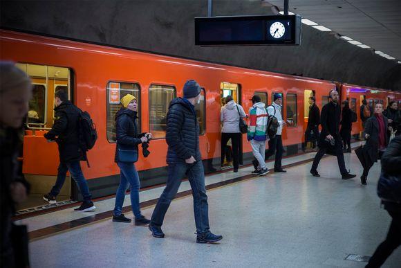 Metromatkustajia Kampin asemalla.