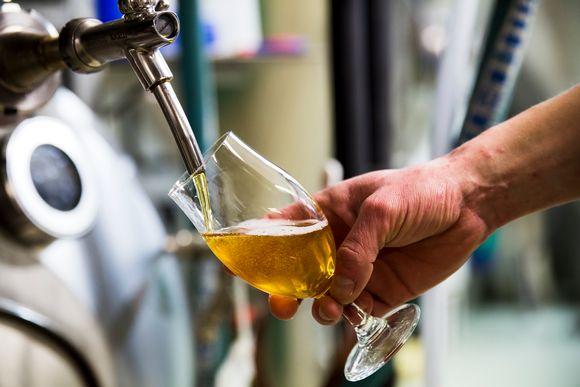 Olutta lasketaan lasiin.