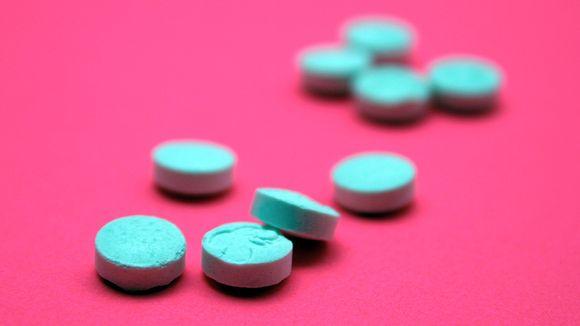 Värikkäitä tabletteja värikkäällä pinnalla.