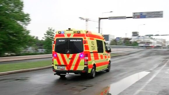 Ambulanssi kiidättää loukkaantuneita sairaalahoitoon Hyvinkäällä 26. toukokuuta 2012.