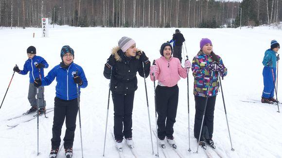 Kansainvälisen hiihtokoulun lapsia Kiteellä.