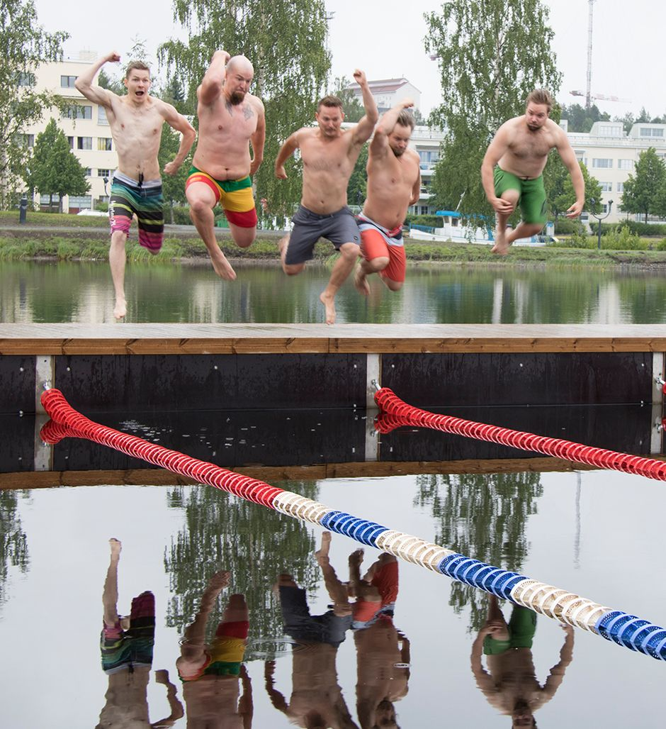 Lounastauolla uivat miehet hyppäävät veteen