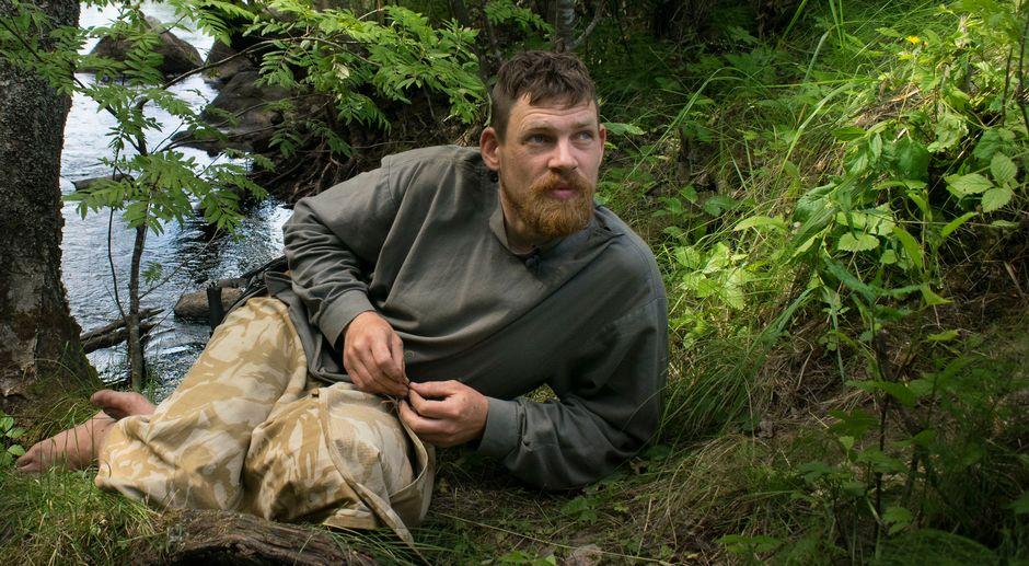 Huck Middeke lepäilee puron varressa.