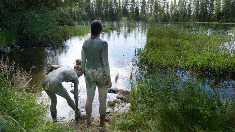 Naiset savikylvyssä keskisuomalaisen järven rannalla