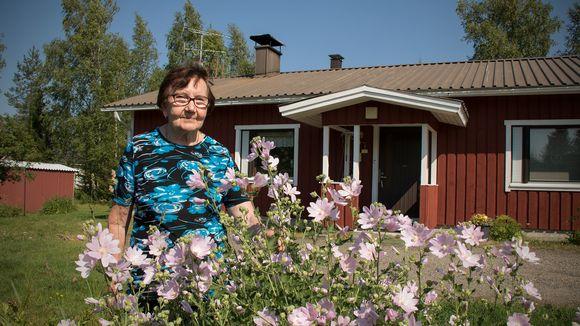 Anja Soininen talonsa pihalla.