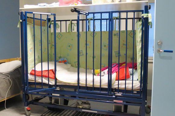 Honkalampikeskuksen lasten ja nuorten yksikössä käytetty häkkisänky.
