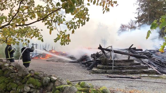 Palomies sammuttaa Kiihtelysvaaran kirkon raunioita.