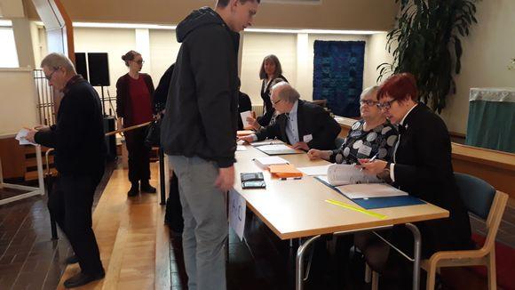 Seurakuntavaalien äänestäjiä Pielisensuun kirkossa Joensuussa marraskuussa 2018.
