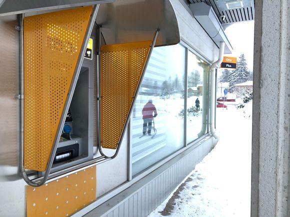 Pankkiautomaatti Ilomantsin kunnan keskustassa Pohjois-Karjalassa.