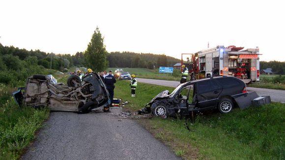 Viranomaiset tutkivat onnettomuuspaikkaa Niiralassa.