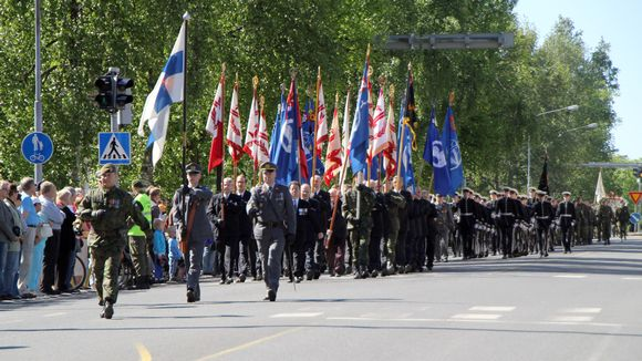 Paraatijoukot marssivat Joensuussa kesäkuussa 2011.